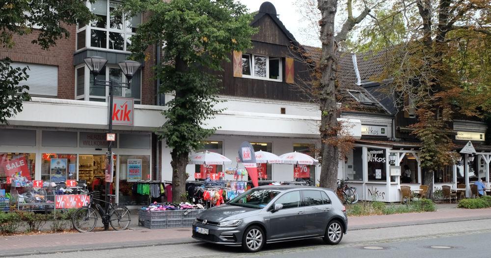 Marktallee 73: Gastronomie und Billigtextilien (11.8.2020; Foto: Klare)