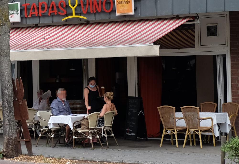 """Marktallee 73: """"TAPAS Y VINO"""" lässt weiße Tischdecken leuchten (11.8.2020; Foto: Klare)"""