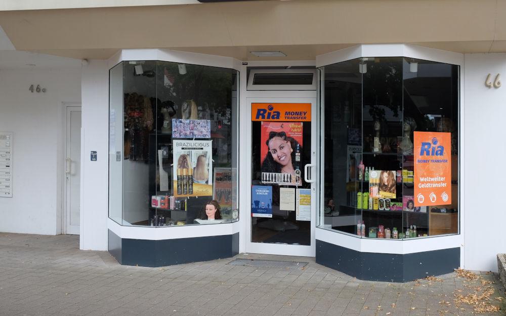 Marktallee 46: Ria bietet brasilianische Haarkunst und Money Transfer (11.8.2020; Foto: Klare)