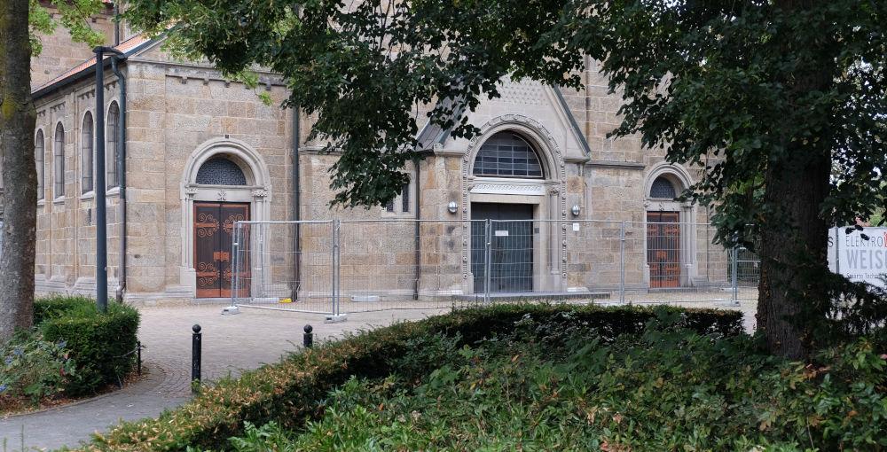 Kirchplatz St. Clemens: Die stille Festung im Verkehr (11.8.2020; Foto: Klare)