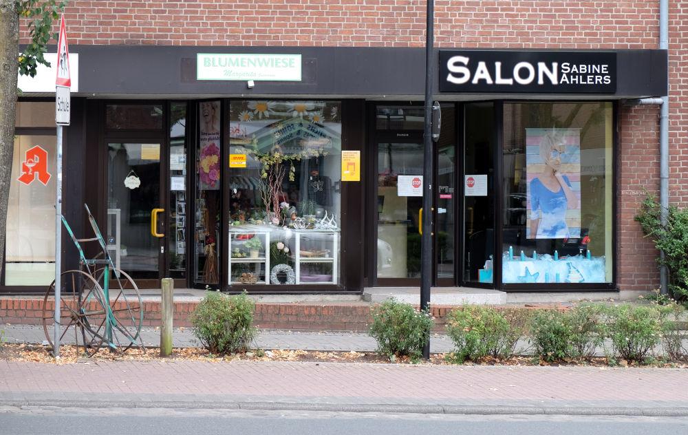 """Marktallee 8: """"Blumenwiese"""" – und noch ein Frisör (11.8.2020; Foto: Klare)"""