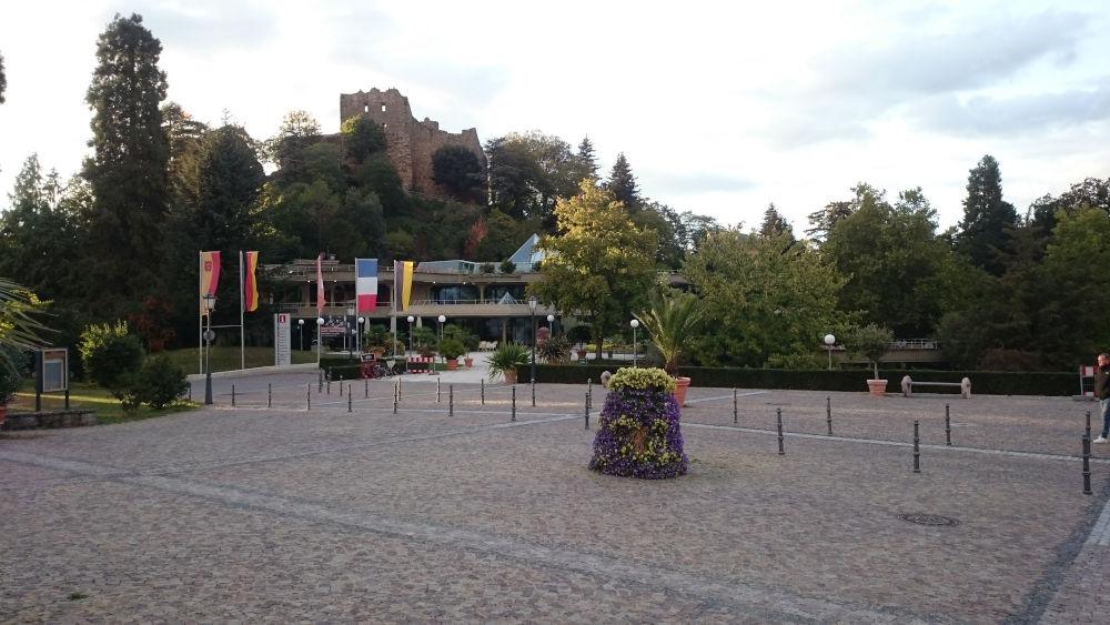 Schlossplatz Badenweiler mit Kurzentrum und Burg (25.9.2020; Foto: Henning Klare)