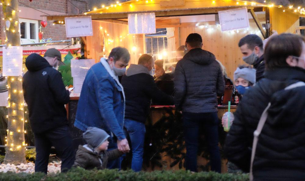Glühweinbude vor Broecker an der Marktallee (13.12.2020; Foto: Henning Klare)