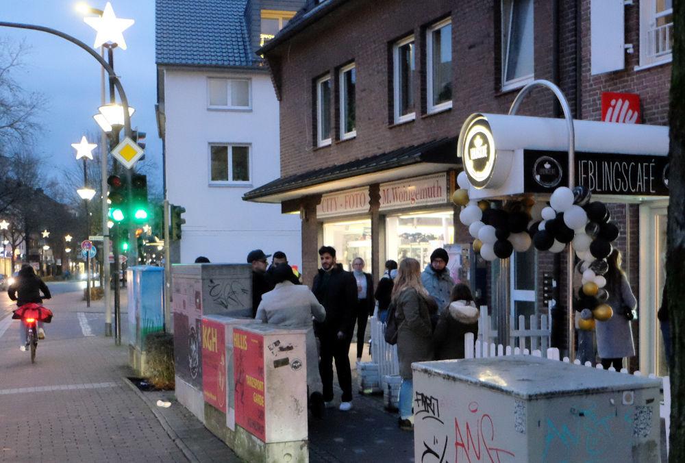 Gedränge vor der Eisdiele (13.12.2020; Foto: Henning Klare)