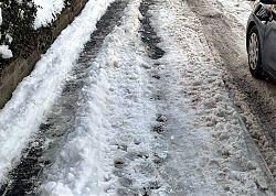 Arbeitsbeschaffung für die Anwohner: Autos schieben den Schnee auf den Gehweg (11.2.2021; Foto: Henning Klare)