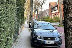 Die Bürgersteige der Max-Winkelmann-Straße werden immer weiter zugeparkt (26.4.2021; Foto: Henning Klare)