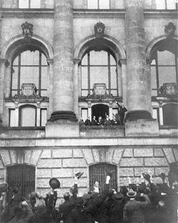 Ausrufung der Republik am 9. November 1918: Philipp Scheidemann spricht vom Westbalkon des Reichstagsgebäudes aus