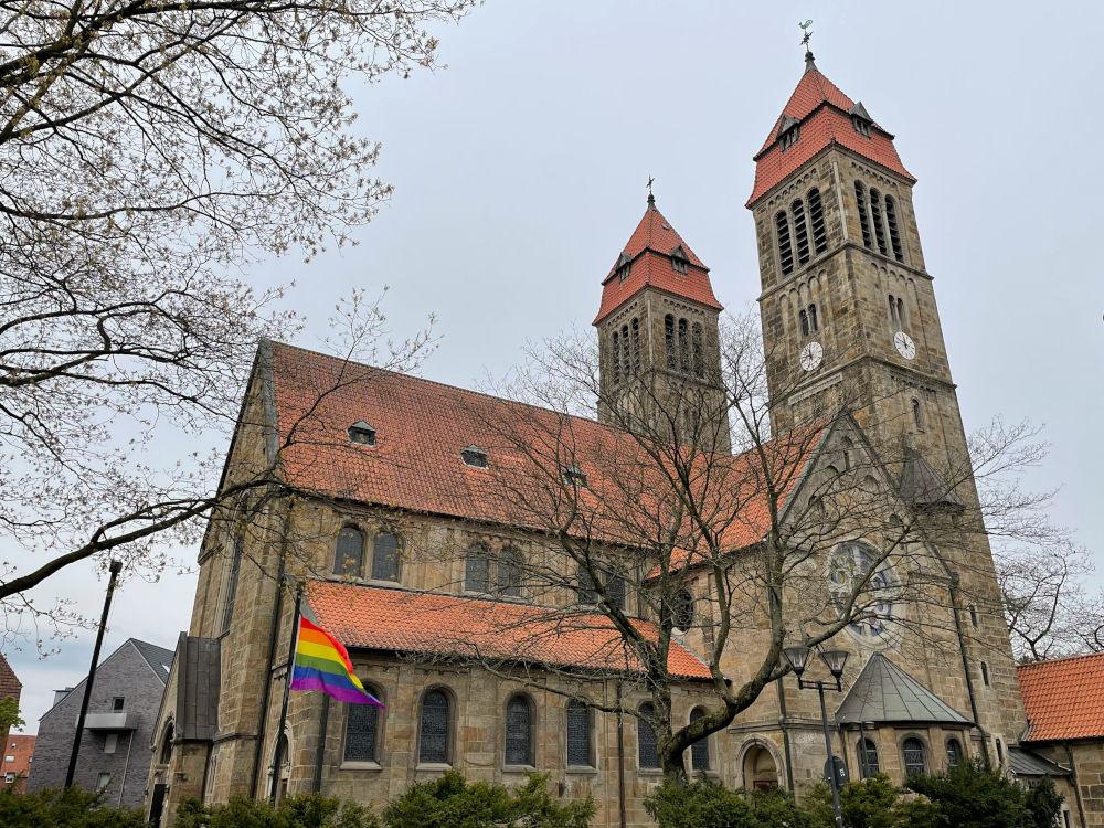 St. Clemens mit Regenbogenfahne (8.5.2021; Foto: Henning Klare)