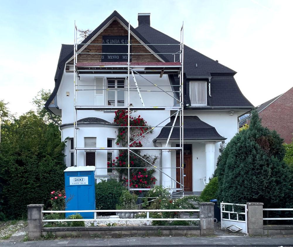 Sommer 2021: Ein Gerüst vor dem Haus, es geht weiter! (15.6.2021; Foto: Henning Klare)