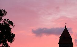 Ein heißer Tag geht zu Ende (St. Clemens Hiltrup, 20.6.2021; Foto: Henning Klare)