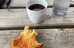 Camping-Frühstück mit Kaffee und Croissant in Baccarat (10.8.2021; Foto: Henning Klare)