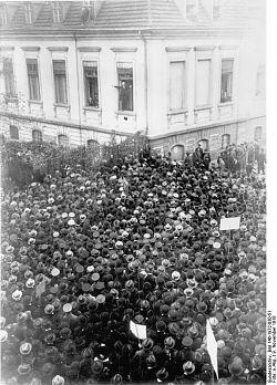 Eine Menschenmenge verfolgt an der Reichskanzlei Scheidemanns Ansprache. (Quelle: Bundesarchiv, Bild 146-1972-030-51 / CC-BY-SA 3.0)