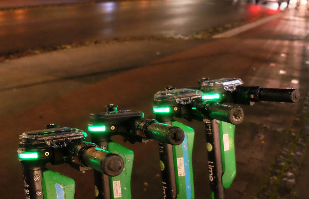 Auch sie leuchten mit: Elektroroller an der Marktallee (1.10.2021; Foto: Henning Klare)