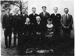 """Johann Hüls mit seiner Frau Anna. Dahinter die sozialdemokratischen """"Kostgänger"""" (v.l.) Erich Bohn, Peter Finke, Max Richmann, Jan Kannscheid, Franz Skibar, Franz Schepplick, Andreas Bottke (Foto: 1929)"""