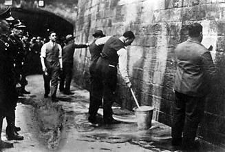 SPD-Politiker werden 1933 gezwungen, unter Aufsicht der SA Wandparolen zu entfernen © Archiv der sozialen Demokratie