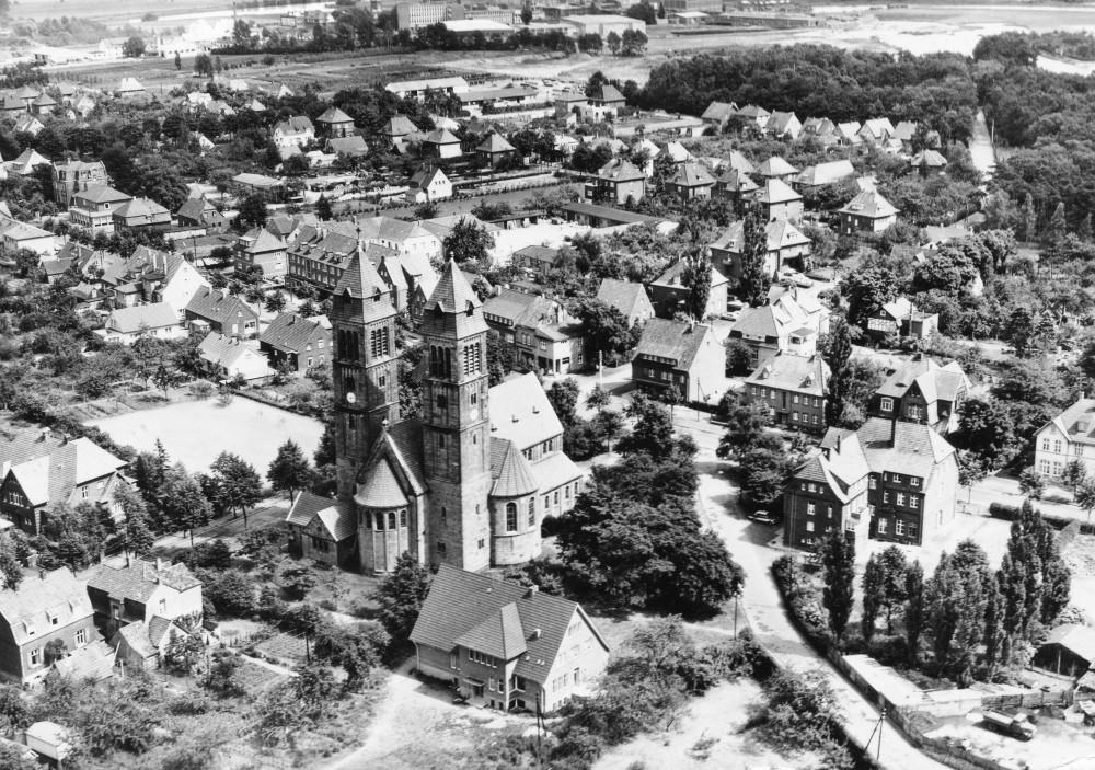 Luftbild von Hiltrups Mitte: Clemenskirche, Hohe Geest, Klosterstraße, Marktallee (ungefähr 1960; historische Postkarte)
