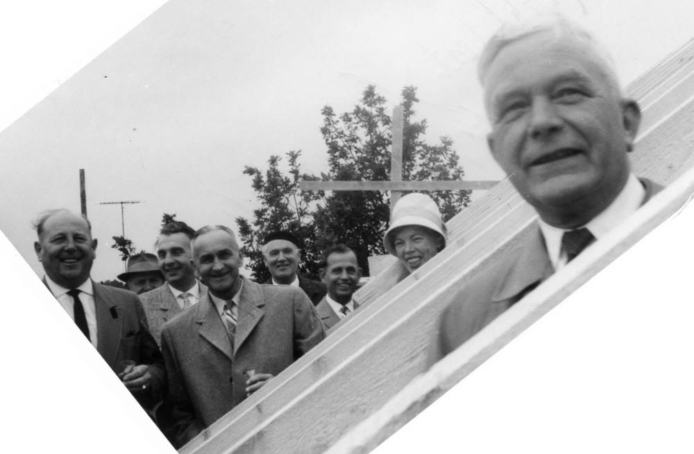 Marga Niedenführ (Mitte) beim Richtfest für die Erweiterung der Marienschule 1963 (v.l.: Amtsbaurat Plagemann, NN, Heinrich Schütte, NN, Pfarrer Bernhard Ensink, Wilhelm Pfeifer, Marga Niedenführ, NN)