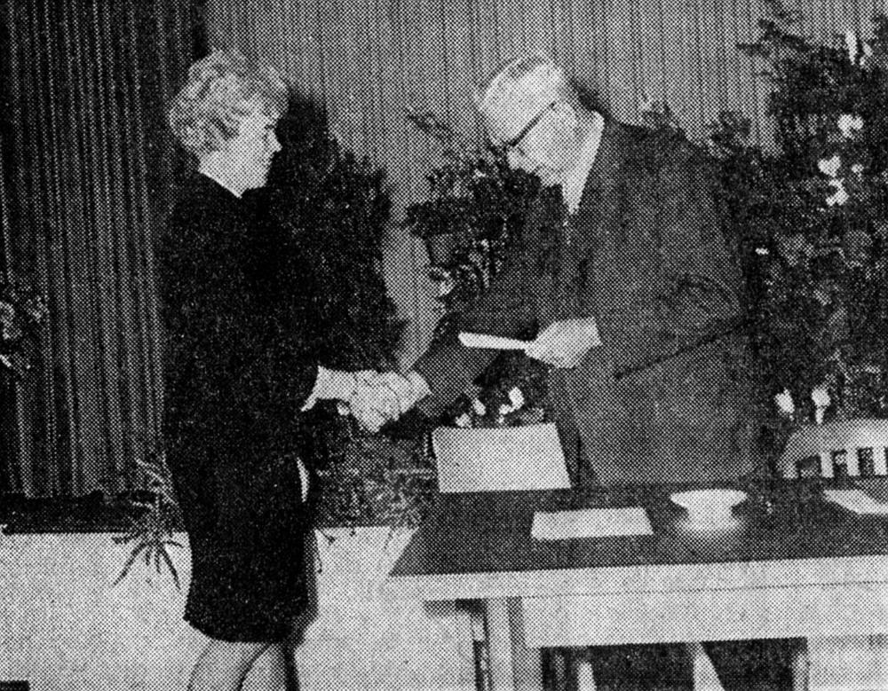 Oktober 1964: Bürgermeister Ludger Wentrup gratuliert seiner 1. Stellvertreterin Marga Niedenführ zur Wahl