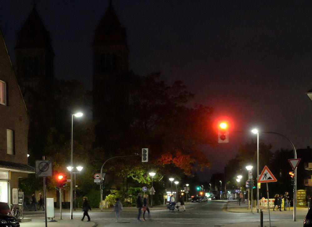 Moonlight-Shopping und der Himmel trüb, kein Mond zu sehen - da muss die Ampel das Leuchten übernehmen (Foto: Klare)
