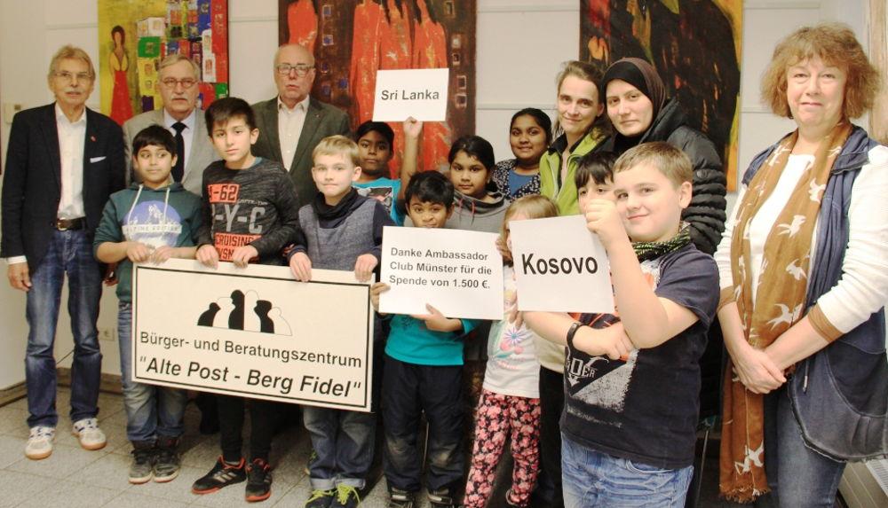 Der Ambassador Club Münster unterstützt seit Jahren die Lernhilfe der Alten Post Berg Fidel und hat 2017 seine Spende noch einmal von 1.500 auf 2.000 € aufgestockt (vorn von rechts: Anna Slavina, Schulkinder und Mütter; hinten von links: Karl-Heinz Winter