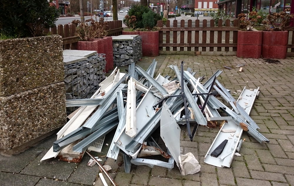 Scharfkantiger Metallschrott häuft sich vor dem Haus Marktallee 78 (1.1.2018; Foto: Klare)