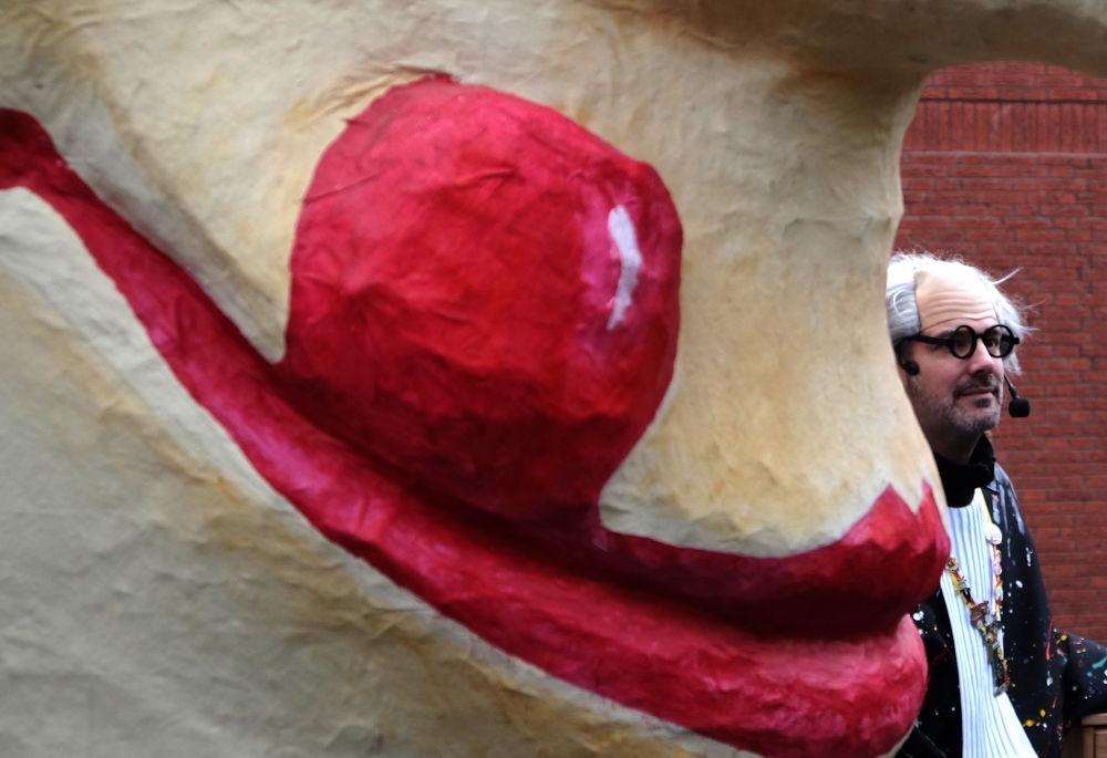Karneval Hiltrup: Narr küsst Pappnase (3.2.2018; Foto: Klare)