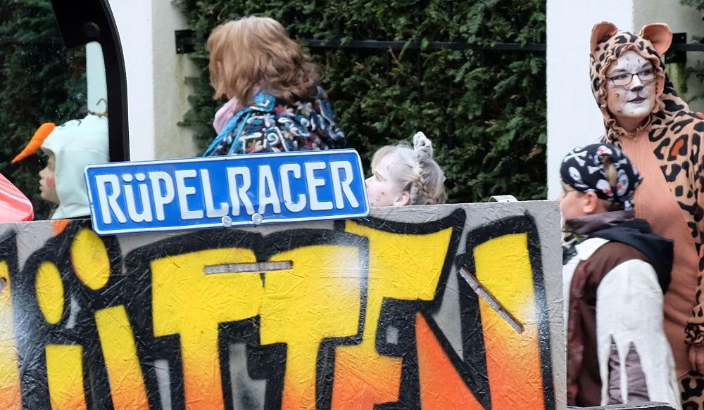 """Rüpelracer"" auf Rädern vor ""Leopard"" (3.2.2018; Foto: Klare)"