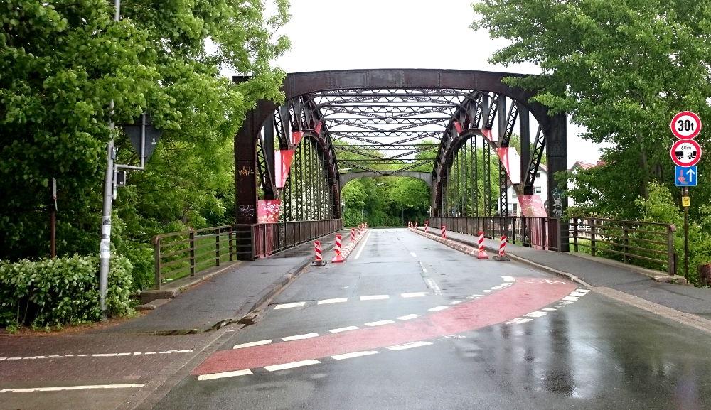 Die Farbe Rot signalisiert Gefahr: Für die Radfahrer ist es auf der Hiltruper Prinzbrücke gefährlich, aber auch die Standsicherheit der Brücke ist in Gefahr (30.4.2018; Foto: Klare)