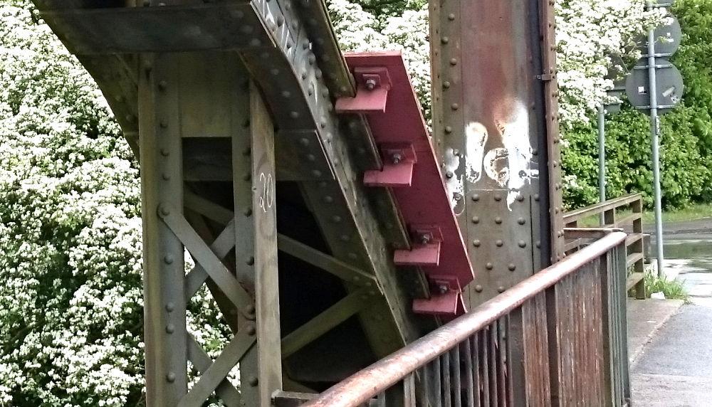 Provisorische Verstärkungen krallen sich an die alte Brücke: Überall Rost (30.4.2018; Foto: Klare)