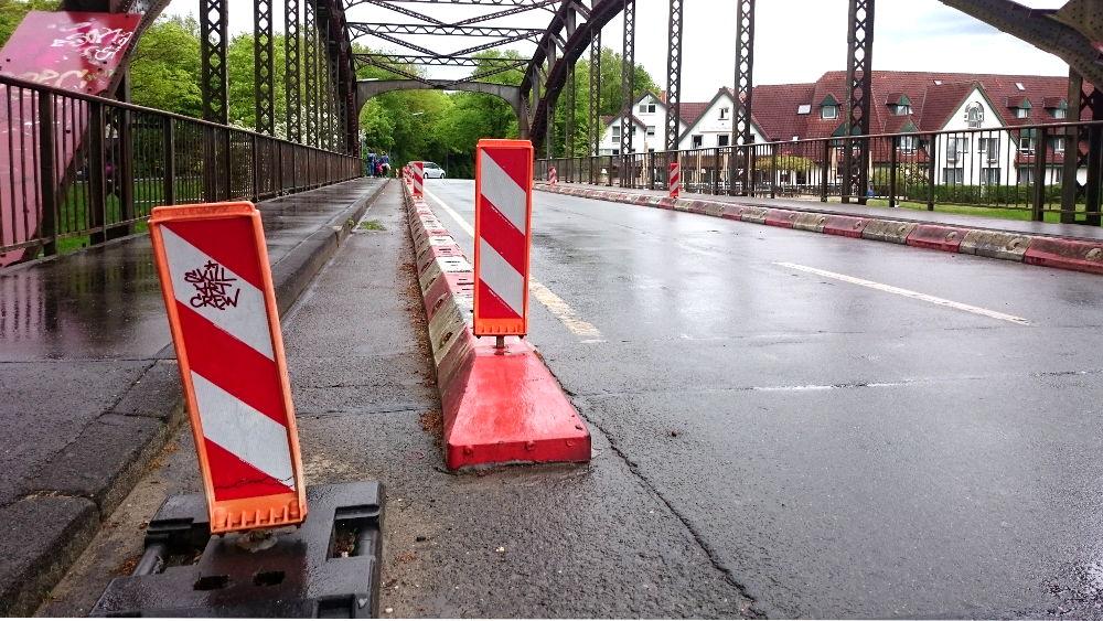 Nur noch in der Mitte tragfähig: Absperrungen engen die Fahrbahn ein (30.4.2018; Foto: Klare)