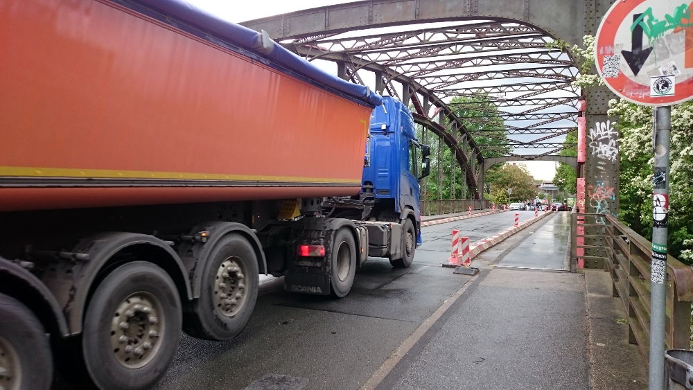 Noch dürfen Laster über die Brücke, aber sie dürfen schon nicht mehr voll beladen sein (30.4.2018; Foto: Klare)