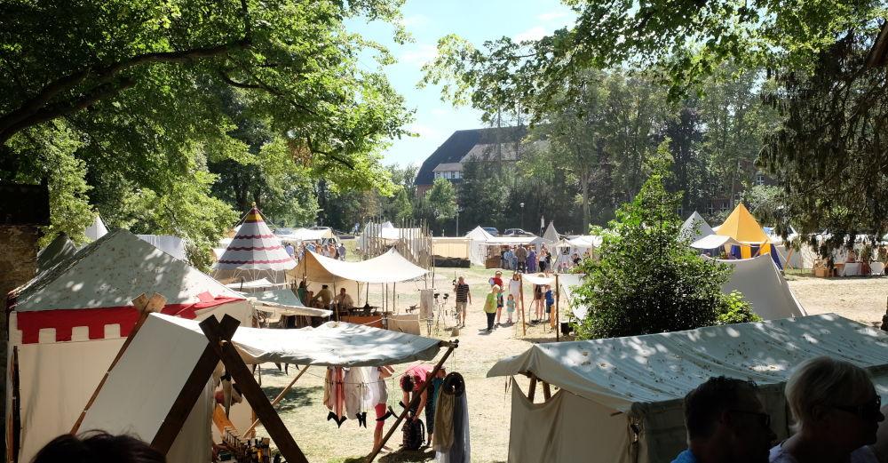 Zelt an Zelt (8.7.2018; Foto: Klare)