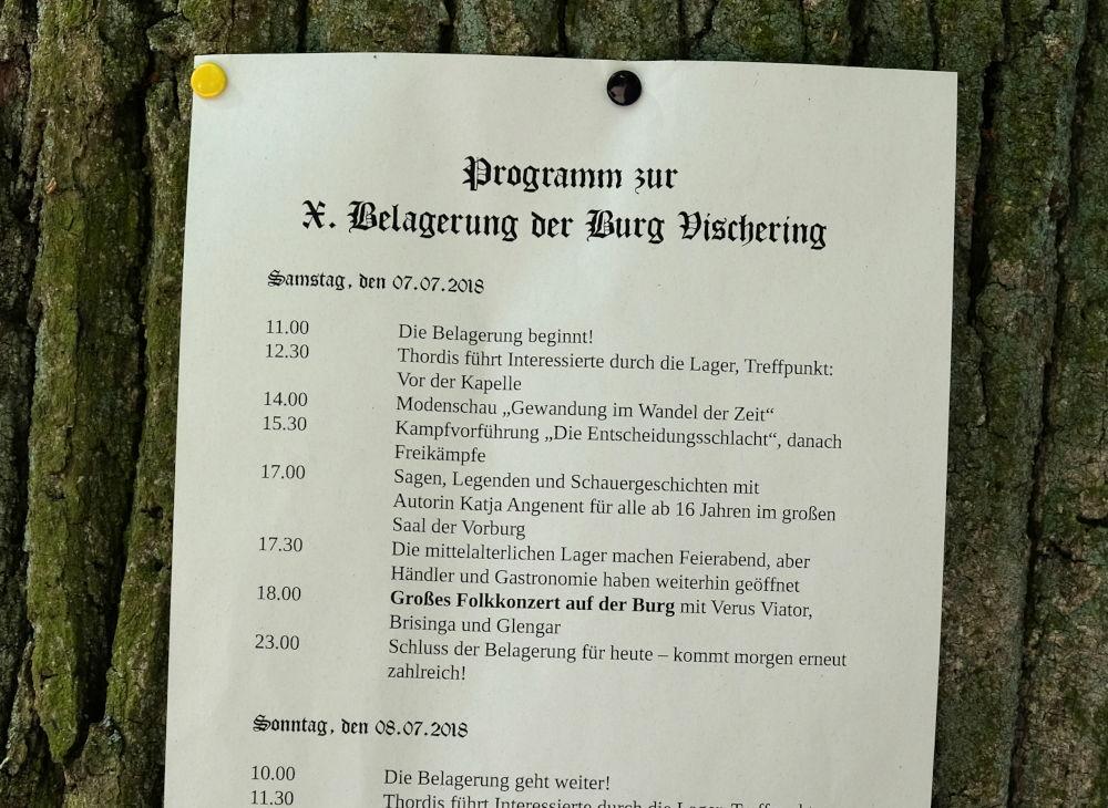 """""""Programm zur X. Belagerung der Burg Vischering"""" (8.7.2018; Foto: Klare)"""