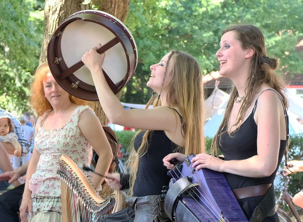 Die Musikantinnen mit Leier und Drehorgel (8.7.2018; Foto: Klare)