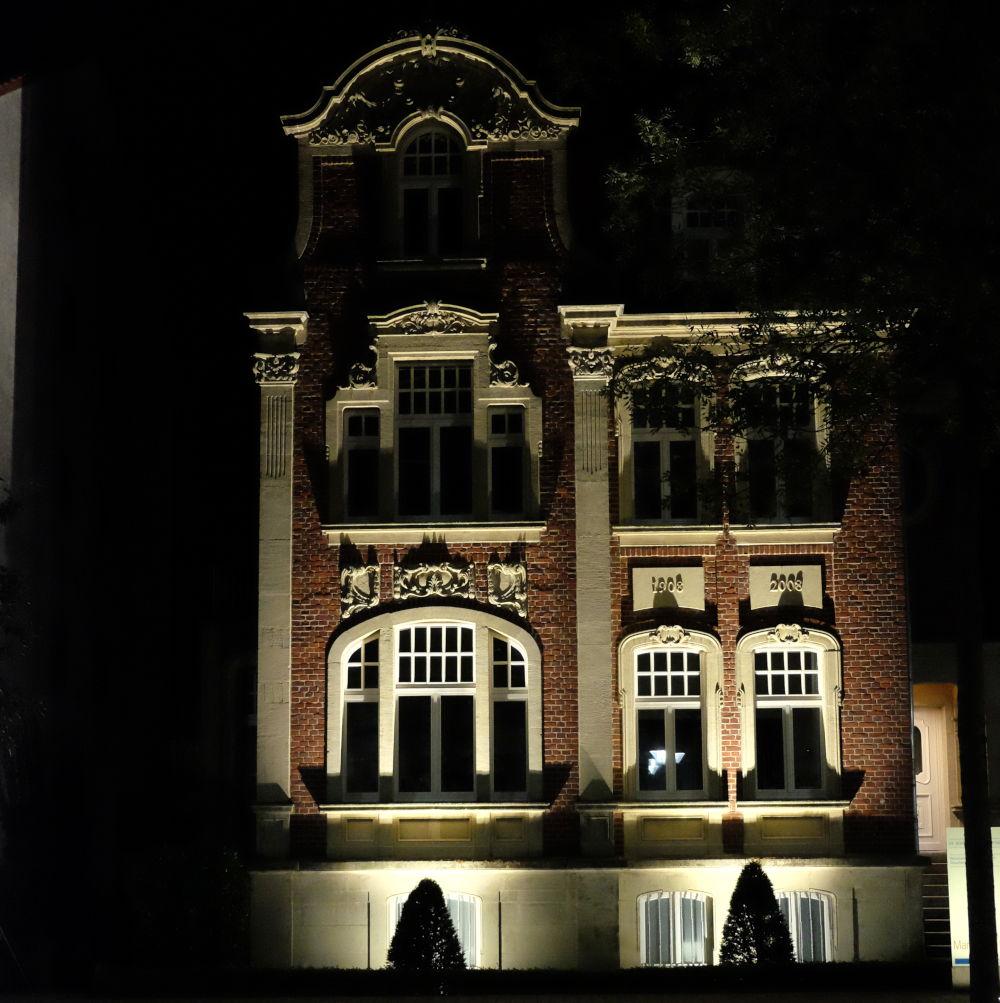 Leuchtet in der architektonischen Finsternis: Hiltrup, Marktallee 54/56 (5.10.2018; Foto: Klare)