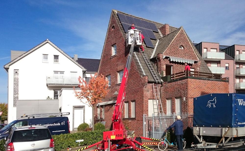 Am Klosterwald 1: Die Fotovoltaik-Anlage wird abgebaut, demnächst kommt der Abriss-Bagger (6.11.2018; Foto: Klare)