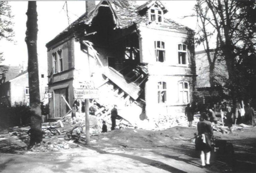 Bahnhofstraße 32 (heute: Marktallee 32): Bombenschaden im Jahr 1943