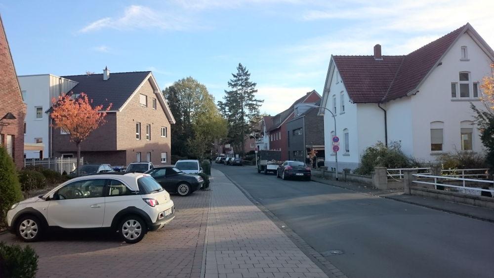 Hier grüßen sich die Abbruch-Kandidaten und die Neubauten: Das weiße Haus rechts (Am Klosterwald 4) und das Klinkerhaus am linken Bildrand (Am Klosterwald 1) werden demnächst abgebrochen, die jeweiligen Nachbarhäuser sind bereits Neubauten der letzten Jah