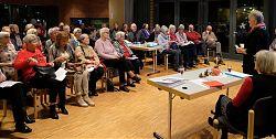 Mariele Landsmann eröffnet den literarisch-kulinarischen Abend (9.11.2018; Foto: Klare)