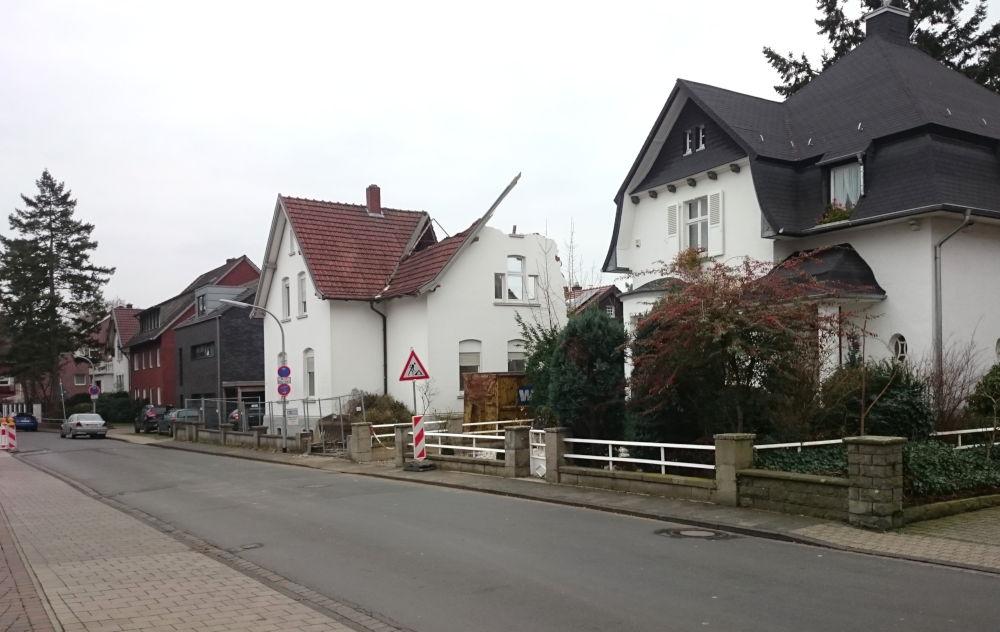 Da waren's nur noch zwei: Nach dem Abriss von Nr. 4 (weißes Haus in der Bildmitte) stehen auf dieser Seite des Klosterwald nur noch zwei alte Häuser (15.12.2018; Foto: Klare)