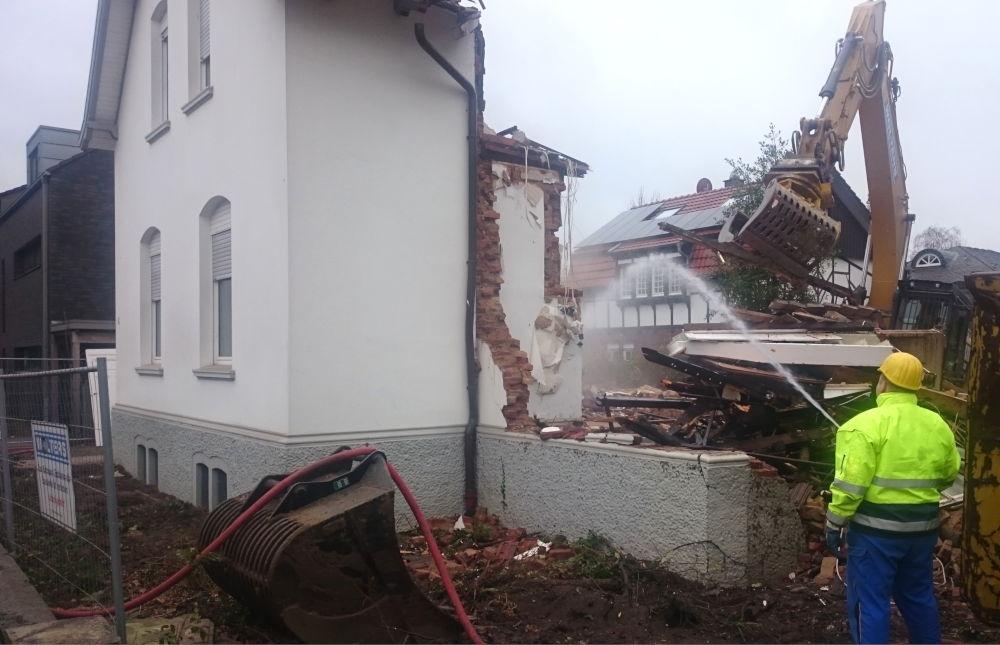 Nur noch die Schauseite des Hauses Am Klosterwald 4 steht (17.12.2018; Foto: Klare)