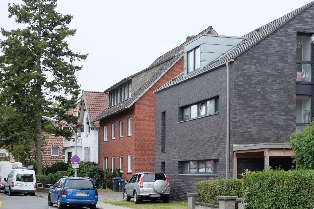 Der Neubau Klosterwald 6C (dunkler Klinker) verdeckt das alte Fachwerkhaus Nr. 6A (13.10.2016; Foto: Klare)