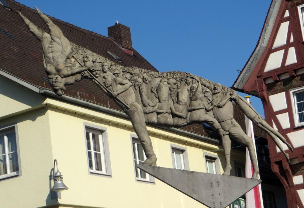 """""""Der Schatten des Esels"""" auf dem Biberacher Marktplatz (19.7.2018; Foto: Meyerbröker)"""