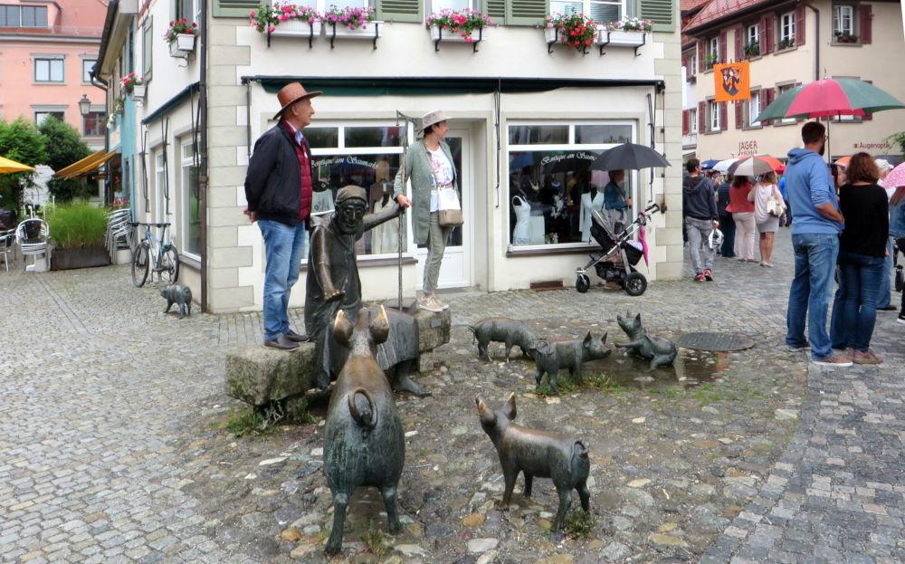 """Schweinebande"" in Wangens Altstadt (21.7.2018; Foto: Meyerbröker)"