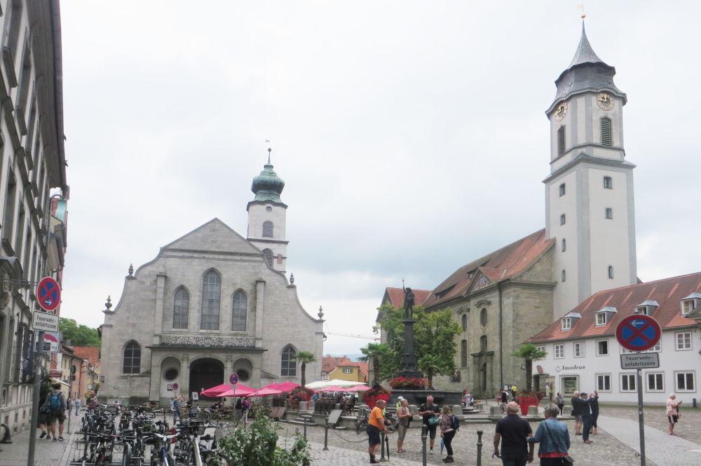 Lindau: Marktplatz mit Stephanskirche (l.) und Unserer Lieben Frau (22.7.2018; Foto: Meyerbröker)