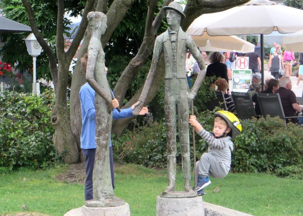 Lindau: Steife Bronze, muntere Leute (22.7.2018; Foto: Meyerbröker)