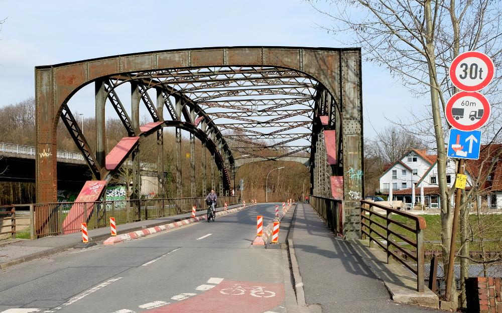 Die Hiltruper Prinz-Brücke über den Dortmund-Ems-Kanal: Rost und provisorische Verstärkungen, wohin man blickt, und Verkehrsbeschränkungen für LKW (14.3.2017; Foto: Klare)