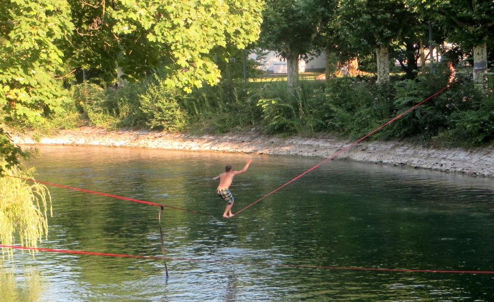 Konstanz: Schlappseil-Artisten über dem Wasser (24.7.2018; Foto: Meyerbröker)