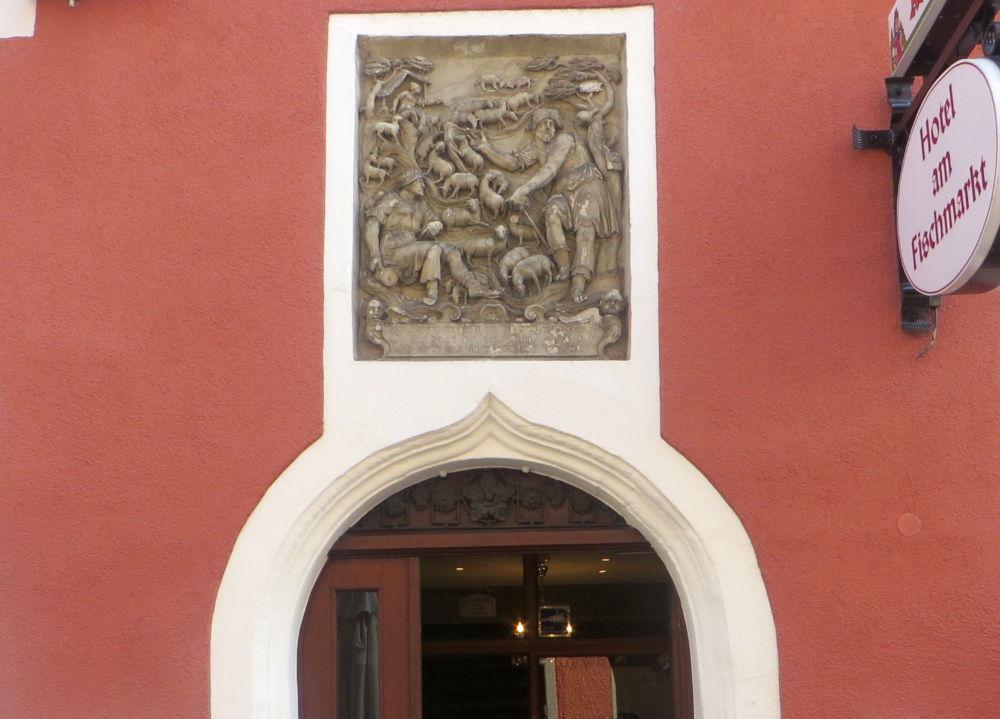 Konstanz: Hirtenrelief am Hotel Fischmarkt (25.7.2018; Foto: Meyerbröker)